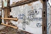 -Grafity op zijmuur Reichestraße 14 wat ooit de binnenmuur van Reichestraße 16 was_D800-2850